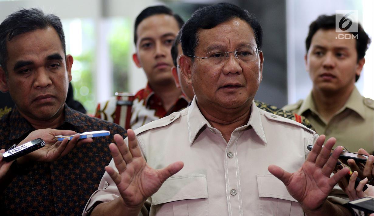Ketua Umum Partai Gerindra Prabowo Subianto menyambangi Kompleks Parlemen, Senayan, Rabu, (16/5). Kedatangan Prabowo untuk membahas perkembangan politik terkini termasuk adanya serangkaian teror. (Liputan6.com/JohanTallo)