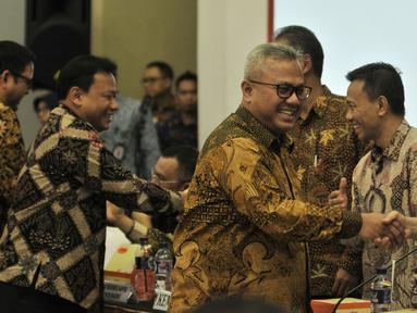 Ketua KPU Arief Budiman bersama Ketua Bawaslu Abhan saat tiba menghadiri rapat pleno Rekapitulasi Daftar Pemilih Tetap Hasil Perbaikan (DPTHP) di Kantor KPU RI, Jakarta, Minggu (16/9). (Merdeka.com/Iqbal S. Nugroho)