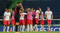 Pemain RB Leipzig merayakan kemenangan atas Atletico Madrid pada perempat final Liga Champions 2019/2020 di Estadio Jose Alvalade, Jumat (14/8/2020) dini hari WIB. RB Leipzig menang 2-1 atas Atletico Madrid. (AFP/Miguel A. Lopes/pool)