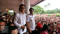 Plt Gubernur DKI Djarot Syaiful Hidayat bergabung bersama musisi Addie MS dan warga menyanyikan lagu nasional di Balai Kota DKI Jakarta, Rabu (10/5). Aksi ini sebagai dukungan terhadap Ahok yang divonis 2 tahun penjara (Liputan6.com/Johan Tallo)