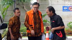 Direktur Operasional Lippo Group Billy Sindoro (tengah) tiba di Gedung KPK, Jakarta, Jumat (30/11). Billy diduga menyuap Bupati Bekasi Neneng Hasanah Yasin terkait pengurusan izin proyek pembangunan Meikarta. (Merdeka.com/Dwi Narwoko)