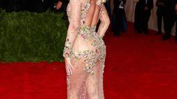 Penyanyi Beyonce Knowles memamerkan lekukan tubuhnya lewat gaun transparan yang dihiasi manik-mani saat menghadiri acara 'China: Through The Looking Glass' Costume Institute Benefit Gala di Metropolitan Museum of Art, New York, Senin (4/5/2015). (REUTERS/