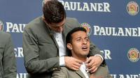 Robert Lewandowski pun menggoda Thiago Alcantara. (AFP Photo/Christof Stache)