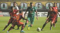 Pergerakan striker PSS Sleman, Yevhen Bokhasvili (hijau) di tengah kepungan para pemain Borneo FC di Stadion Maguwoharjo, Sleman, Rabu (20/11/2019). (Bola.com/Vincentius Atmaja)