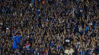 Suporter Arema FC, Aremania, memberikan dukungan saat menonton laga Liga 1 melawan Persija Jakarta di SUGBK, Jakarta, Sabtu (31/3/2018). Persija menangn 3-1 atas Arema FC. (Bola.com/Vitalis Yogi Trisna)