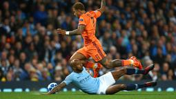 Pemain Manchester City, Fabian Delph berusaha merebut bola dari pemain Lyon, Memphis Depay saat bertanding pada matchday pertama Grup F Liga Champions di Stadion Etihad, Manchester, Rabu (19/9). City kalah 1-2 dari Lyon. (AP Photo/Dave Thompson)