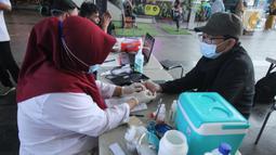 Warga melakukan donor darah saat Ramadan dalam mobil milik PMI Kota Tangerang, Banten, Kamis (15/4/2021). Donor darah dalam mobil tersebut dilakukan PMI untuk menarik minat masyarakat agar mendonorkan darah dan dapat menjaga stok darah aman selama bulan puasa. (Liputan6.com/Angga Yuniar)