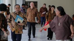 Christopher J Ellias selaku Direktur Global Development di Bill and Melinda Gates Foundation saat tiba di kantor Wapres, Jakarta, Senin (26/10). Kedatangannya membahas perbaikan 550 perpustakaan di 451 desa se-Indonesia. (Liputan6.com/Faizal Fanani)