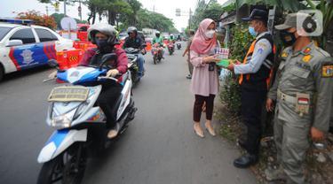 Pegawai PT Bank Tabungan Negara (BTN) membagikan makanan dan hand sanitizer kepada petugas yang menjaga area penyekatan di kawasan Samsat Daan Mogot, Jakarta, Kamis (22/07/2021). Bantuan BTN Peduli pada PPKM Darurat membantu petugas menekan dan meminimalisasi penularan Covid-19. (Liputan6.com)