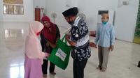 Ratna saat menerima paket bantuan yang disalurkan oleh Baznas Provinsi Sulut di Majid Raya Ahmad Yani Manado, Senin (29/6/2020).