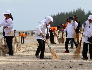 Aksi Bersih-Bersih Sampah Pantai Lamaru Balikpapan