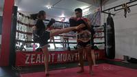 Instruktur dan pemilik Zealot Muaythai, Jeremias Luhukay di Sasana Zealot Muaythai Kelapa Gading, Minggu (08/10/2017). Latihan ini untuk persiapan bertanding padda 22 Oktober 2017. (Bola.com/Nicklas hanoatubun)