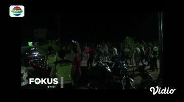 Kedatangan anggota polisi tersebut untuk menangkap para pelaku pemerasan dan pengancaman terhadap seorang warga.