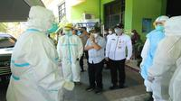 Wali Kota Malang, Sutiaji bersama tenaga kesehatan di salah satu rumah sakit rujukan Covid-19 di Malang (Rabu, 7 Juli 2021). Layanan IGD di seluruh rumah sakit rujukan pada telah over kapasitas pasien Covid-19 (Humas Pemkot Malang)