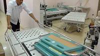 Seorang petugas mendorong tempat tidur di Balai Pengobatan Haji Indonesia (BPHI) Makkah. BPHI akan melayani kesehatan calon haji Indonesia yang mulai akan masuk Makkah 1 November.(Antara)