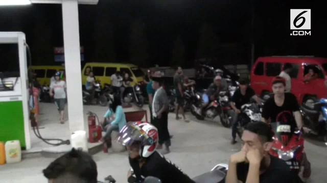 Akibat BBM jenis premium langka di beberapa kota di Sulawesi Barat, warga mengantri hingga subuh tiba.