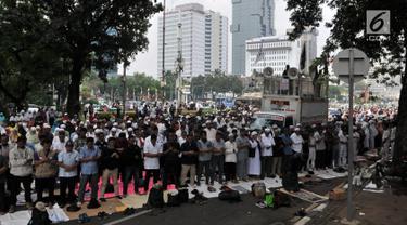 Massa salat berjemaah saat menggelar aksi di sekitar Patung Kuda, Monas, Jakarta, Rabu (26/6/2019). Ratusan massa terus memadati aksi tersebut untuk menuntut hakim MK agar adil dalam memutuskan hasil sidang sengketa Pilpres 2019. (merdeka.com/Iqbal S. Nugroho)