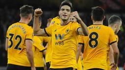 Pemain Wolverhampton Wanderers, Raul Jimenez merayakan golnya ke gawang Liverpool pada laga putaran ketiga Piala FA di Molineux Stadium, Senin (7/1). Liverpool tersingkir dari Piala FA setelah takluk 1-2 dari Wolverhampton Wanderers. (AP/Rui Vieira)