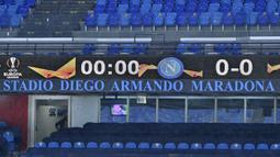 "Penamaan stadion yang baru ""Diego Armando Maradona Stadium"" yang sebelumnya bernama San Paolo Stadium terlihat sebelum dimulainya laga lanjutan Liga Europa 2020/21 Grup H antara Napoli melawan Real Sociedad, Kamis (10/12/2020) . (AFP/Alberto Pizzoli)"