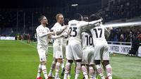 Para pemain AC Milan merayakan gol ke gawang Atalanta dalam lanjutan Liga Italia 2021/2022, Senin (4/10/2021). (Spada/LaPresse via AP)