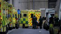 Seorang pasien didorong di atas troli di luar Rumah Sakit Royal London saat lockdown nasional ketiga, London, Inggris, 12 Januari 2021. Lebih dari 81.000 orang di Inggris tewas akibat COVID-19. (AP Photo/Matt Dunham)