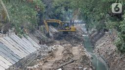 Pekerja menggunakan kendaraan alat berat saat mengerjakan proyek normalisasi Kali Kayu Putih, Jakarta, Selasa (15/10/2019). Proyek normalisasi Kali Kayu Putih ini ditargetkan rampung pada Desember 2019. (merdeka.com/Iqbal S. Nugroho)