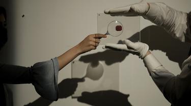 Sebuah prangko British Guiana One-Cent Magenta difoto di rumah lelang Sotheby, London, Rabu (28/4/2021). Prangko paling langka di dunia itu diperkirakan terjual US $ 10 juta hingga $ 15 juta (sekitar Rp 144,7 M - Rp 216,8 M) dalam penjualan di Sotheby's New York pada 8 Juni. (AP Photo/Matt Dunham)