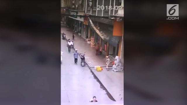 Sebanyak tiga orang pejalan kaki tertimbun papan reklame pada sebuah jalan raya di China.