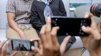 Nycta Gina dan Rizky Kinos saat memberikan keterangan setelah kelahiran anak keduanya pada 27 Maret di Rumah Sakit St Carolus, Salemba, Jakarta Pusta, Kamis (29/3/2108). (Deki Prayoga/Bintang.com)