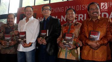 Politikus Partai Golkar Bambang Soesatyo (kedua kiri) bersama sejumlah tokoh berfoto bersama saat saat peluncuran buku ke-13 berjudul Ngeri-Ngeri Sedap di Jakarta, Minggu (10/9). (Liputan6.com/Johan Tallo)