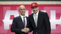 Luka Doncic bersama Commissioner NBA Adam Silver (AP)