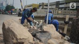 Aktivitas pekerja saat proyek peninggian turap Anak Sungai Ciliwung di kawasan Senen, Jakarta, Rabu (4/11/2020). Peninggian turap dilakukan sebagai langkah mengantisipasi banjir yang berasal dari luapan aliran sungai saat hujan deras. (Liputan6.com/Immanuel Antonius)