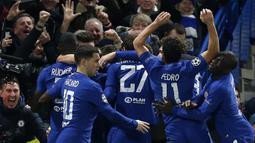 Para pemain Chelsea merayakan gol yang dicetak Willian ke gawang Barcelona pada laga Liga Champions di Stadion Stamford Bridge, London, Selasa (20/2/2018). Chelsea sementara unggul 1-0 atas Barcelona. (AFP/Ian Kington)