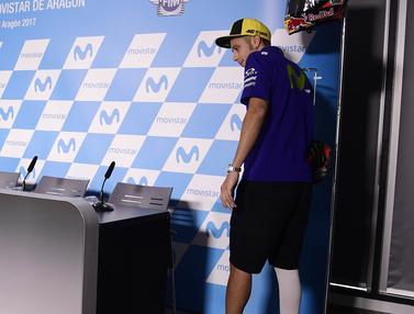FOTO: Hadiri Jumpa Pers, Valentino Rossi Gunakan Tongkat