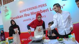 Umi Pipik (kiri), Annisa Trihapsari dan Sultan Djorghi saat di acara 'Gerakan Ibu Memberi Lebih', Jakarta, Rabu (24/6/2015). Rencananya kegiatan ini akan digelar secara serentak di 30 kota di Pulau Jawa pada 5 Juli mendatang (Liputan6.com/Faizal Fanani)