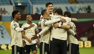 Pemain Manchester United merayakan gol yang dicetak Paul Pogba ke gawang Aston Villa pada laga lanjutan Premier League di Villa Park, Jumat (10/7/2020) dini hari WIB. Manchester United menang 3-0 atas Aston Villa. (AFP/Andrew Boyers/pool)
