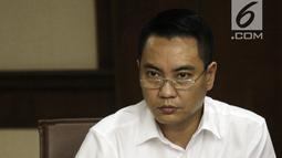 Terdakwa mantan anggota DPR, Fayakhun Andriadi mendengar keterangan saksi dalam sidang dugaan suap Bakamla di Pengadilan Tipikor, Jakarta, Rabu (12/9). Sidang beragendakan mendengarkan keterangan saksi Jaksa Penuntut Umum. (Liputan6.com/Herman Zakharia)