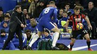 Gaya pelatih Chelsea,  Antonio Conte (kiri) memberikan arahan kepada Ross Barkley saat berebut bola dengan pemain Bournemouth, Ryan Fraser pada lanjutan Premier League di Stamford Bridge, London, (31/1/2018). Chelsea kalah 0-3. (AP/Tim Ireland)