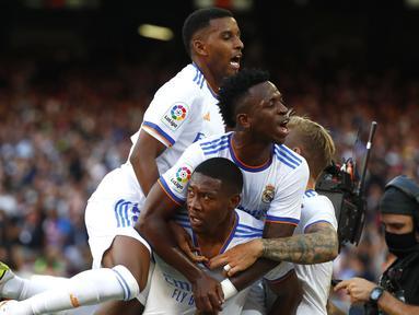 Real Madrid berhasil menaklukkan tun rumah Brcelona 2-1 dalam laga El Clasico Liga Spanyol 2021/2022, Minggu (24/10/2021). Dua debutan di masing-masing kubu, David Alaba di Real Madrid dan Sergio Aguero di Barcelona sukses menyumbang 1 gol. (AP/Joan Monfort)