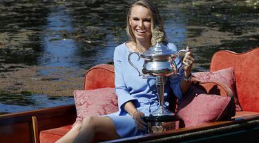 Caroline Wozniacki menikmati sesi foto dengan trofi Daphne Akhurst Memorial di Royal Botanical Gardens, Melbourne, Australia, (28/1/2018). Pada Final Wozniacki mengalahkan Simona Halep 7-6, 3-6, 6-4. (AP/Ng Han Guan)