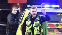 Pihak kepolisian London bertugas di TKP usai terjadi aksi teror penusukan. (Source: AP/ Dominic Lipinski)