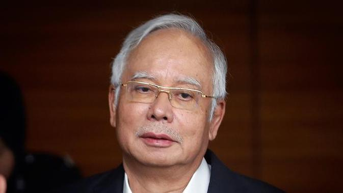 Ekspresi eks PM Malaysia Najib Razak saat tiba di Kantor Komisi Anti-Korupsi Malaysia (MACC) di Putrajaya, Kamis (24/5). Najib diperiksa terkait penyelidikan korupsi miliaran dolar atas dana 1Malaysia Development Berhad (1MDB). (AP Photo/Vincent Thian)