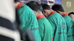 Tersangka dihadirkan saat rilis kasus narkoba di Mapolres Jakbar (26/11).  Satuan Narkoba Polres Metro Jakbar menggagalkan sabu dan ekstasi yang dikirim dari Lampung melalui kapal di Pelabuhan Rakyat, Banten 20 November. (Merdeka.com/Iqbal S. Nugroho)