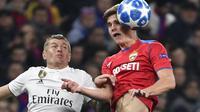 Gelandang CSKA Moskow, Jaka Bijol, duel udara dengan gelandang Real Madrid, Toni Kroos, pada laga Liga Champions di Stadion Luzhniki, Moskow, Selasa (2/10/2018). CSKA menang 1-0 atas Madrid. (AFP/Alexander Nemenov)