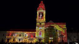 Ribuan orang menikmati tata cahaya yang ditembakkan ke Gereja Katolik di Quito, Ekuador pada 18 Oktober 2016. Acara ini bagian dari Konferensi PBB Habitat III. (REUTERS / Guillermo Granja)