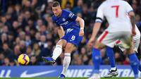 Gelandang Chelsea, Ross Barkley mengumpan bola saat bertanding melawan Crystal Palace pada lanjutan Liga Inggris stadion Stamford Bridge, London (4/11). Chelsea menang atas Crystal Palace dengan skor 3-1. (AFP Photo/Ben Stansall)
