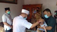 Wali Kota Bengkulu Helmi Hasan mengunjungi salah satu Balita yang menderita sakit dan merujuknya ke Kota Palembang. (Liputan6.com/Yuliardi Hardjo)
