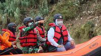 Bupati Bogor Ade Yasin saat meninjau pelaksanaan pengerukan dan bebersih Sungai Cileungsi, Minggu 14 Februari 2021. (istimewa)