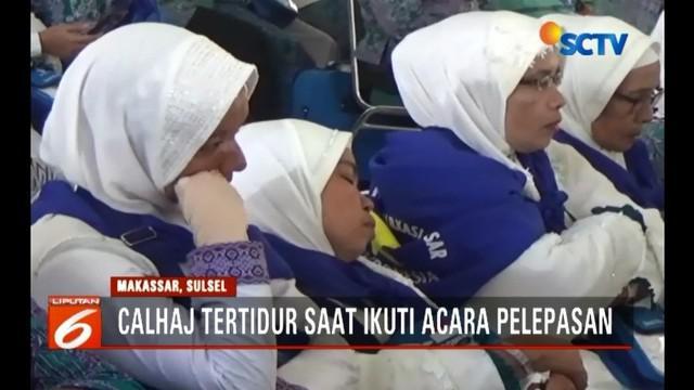 Diduga kelelahan, sebagian jemaah calon haji Kloter 1 Makassar tertidur saat mengikuti acara pelepasan.