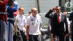 Yasonna Laoly (kanan) tiba untuk saat serah terima jabatan Menteri Hukum dan Hak Asasi Manusia (Menkumham) di Jakarta, Rabu (23/10/2019). Yasonna Laoly menggantikan Tjahjo Kumolo yang sebelumnya menjabat Plt Menkumham. (merdeka.com/Dwi Narwoko)
